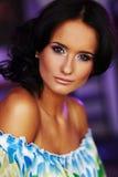 Schönes Gesicht auf blured Hintergrund Stockfotografie