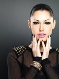 Schönes Gesicht der Modefrau mit schwarzen Nägeln und helle machen Stockbild
