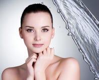 Schönes Gesicht der reizvollen Frau mit Wasser Lizenzfreie Stockfotografie