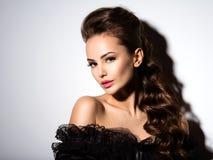 Schönes Gesicht einer jungen sexy Frau im schwarzen Kleid Stockfoto