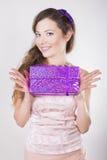 Schönes glückliches Mädchen, das Geschenke auf ihrem Geburtstag empfängt Lizenzfreie Stockfotografie