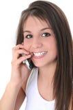Schönes jugendlich Mädchen, das über Mobiltelefon spricht Stockfoto