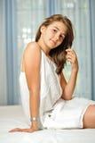 Schönes jugendlich Mädchen zu Hause im weißen Kleid Stockfotografie