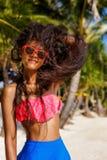 Schönes jugendliches schwarzes Mädchen in der Sonnenbrille, im BH und im Rock Stockfotografie