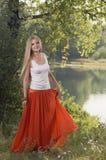 Schönes junges Blondinetanzen im Wald auf Riverbank Lizenzfreie Stockfotografie