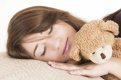 Schönes junges Brunettemädchenschlafen Stockbilder