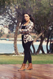 Schönes junges griechisches Mädchen im Park Stockfoto