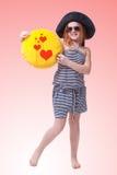 Schönes junges grundlegendes Altersschulmädchen mit großem gelbem Lächeln Stockfoto