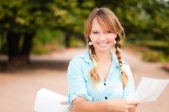 Schönes junges Kursteilnehmermädchen mit Zeichen Stockfoto