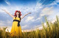 Schönes junges Mädchen auf dem Weizengebiet Stockfoto