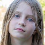 Schönes junges Mädchen draußen, Porträtkinder schließen oben Lizenzfreies Stockbild