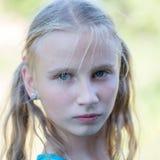 Schönes junges Mädchen draußen, Porträtkinder schließen oben Stockfotos