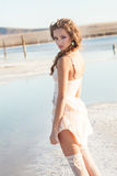 Schönes junges Mädchen mit dem lockigen Haar Lizenzfreies Stockfoto
