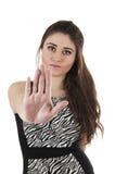 Schönes junges Mädchen, welches die schwarze Kleideraufstellung trägt Stockfoto