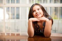 Schönes kleines träumendes Mädchen Stockfoto