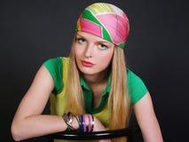 Schönes langhaariges Mädchen mit Schal auf einem Kopf Lizenzfreies Stockfoto