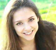 Schönes lächelndes Frauengesicht Stockfotografie