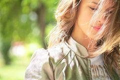 Schönes lächelndes Mädchen und Wind Stockfotografie