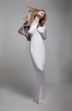 Schönes luftiges junges Mädchen in der weißen Kleidung Lizenzfreie Stockfotografie