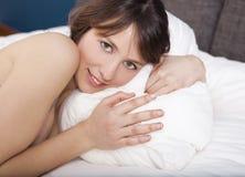 Schönes Mädchen auf dem Bett Lizenzfreies Stockfoto