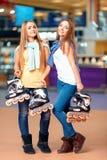 Schönes Mädchen auf dem rollerdrome Stockfotografie