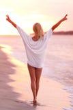 Schönes Mädchen auf dem sandigen Strand. Stockfoto