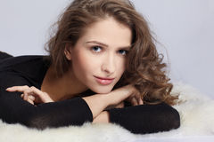Schönes Mädchen auf Pelzen Lizenzfreies Stockfoto