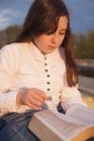Schönes Mädchen, das heilige Bibel liest Lizenzfreie Stockbilder