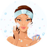 Schönes Mädchen, das ihr Gesicht wäscht Lizenzfreies Stockbild