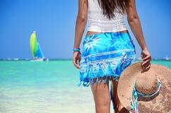 Schönes Mädchen, das ihre Sommerferien auf exotischem Strand genießt Stockbilder