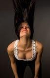 Schönes Mädchen, das ihren Kopf rüttelt Stockfoto
