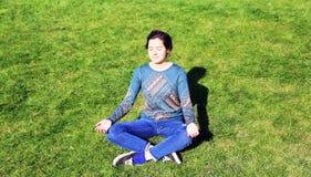 Schönes Mädchen, das im Park sich entspannt Lizenzfreies Stockbild