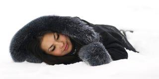 Schönes Mädchen, das im Schnee schläft Lizenzfreie Stockfotos
