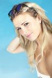 Schönes Mädchen, das nahe dem Pool im Badeanzug sitzt Seashells gestalten auf Sandhintergrund Lizenzfreies Stockfoto