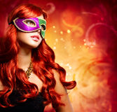 Schönes Mädchen in einer Karnevalsschablone Stockbild