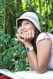 Schönes Mädchen genießen Natur Stockfotografie