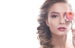 Schönes Mädchen im Bild der Braut mit Blume Modellieren Sie mit nacktem Make-up und einer Rose in ihrer Hand Lizenzfreie Stockfotos
