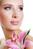Schönes Mädchen mit einer Blumenlilie Lizenzfreies Stockfoto