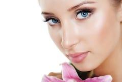 Schönes Mädchen mit einer Blumenlilie Stockfoto