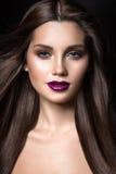 Schönes Mädchen mit goldenem Make-up und Burgunder-Lippen mit dem Wind im Haar Schönes lächelndes Mädchen Stockbilder