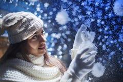 Schönes Mädchen verziert den Weihnachtsbaum Stockbild