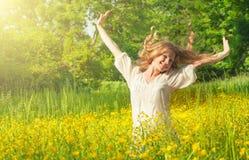 Schönes Mädchen, welches die Sommersonne genießt Stockfoto