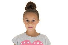 Schönes Modellporträt des jungen Mädchens mit Frisur in einem Brötchenlächeln Stockbilder
