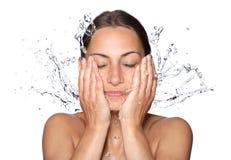Schönes nasses Frauengesicht mit Wassertropfen Stockfoto