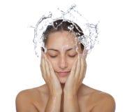 Schönes nasses Frauengesicht mit Wassertropfen Stockbilder