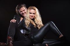 Schönes Paar lächelt an Ihnen Stockfoto