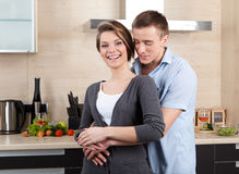 Schönes Paar umarmt sich Stockfotografie