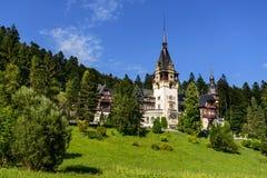 Schönes Peles-Palastschloss in den Karpatenbergen von Rumänien Stockfotografie