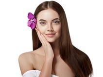 Schönes Porträt der Frau mit Blumenorchidee im Haar lokalisiert auf Weiß Lizenzfreie Stockfotos
