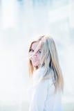 Schönes Porträt der jungen Frau draußen Lizenzfreies Stockbild
